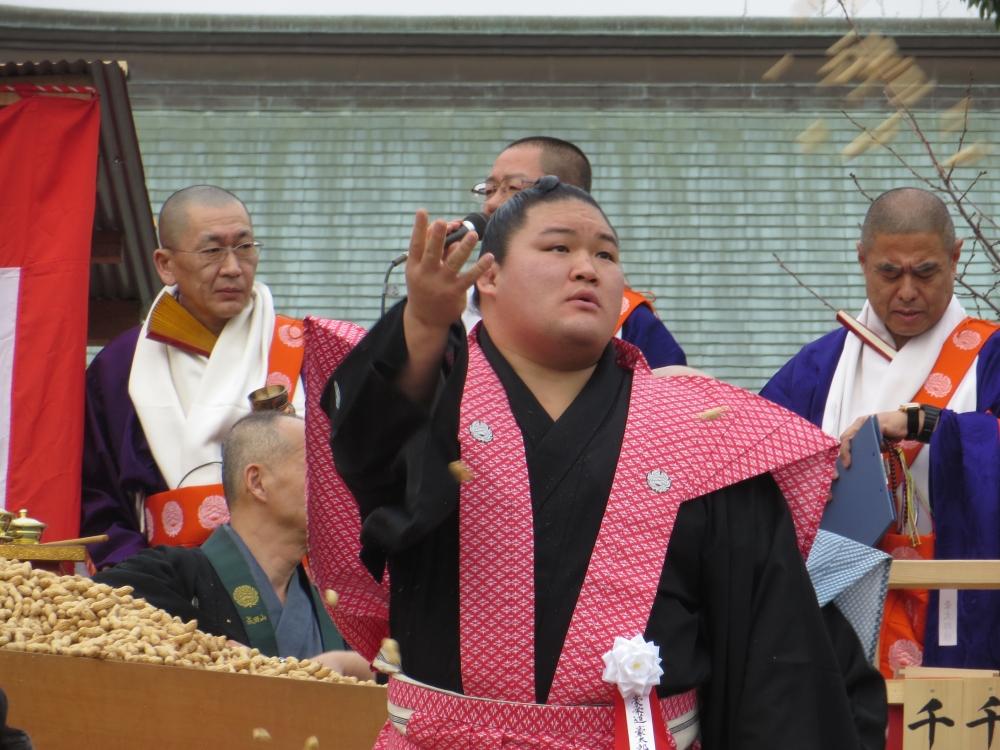Sumo wrestler Gōeidō Gōtarō helping scatter beans for setsubun